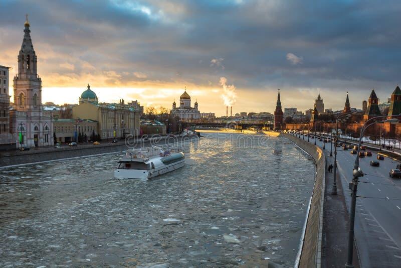 Por do sol sobre o rio de Moscou e a terraplenagem do Kremlin no inverno imagem de stock