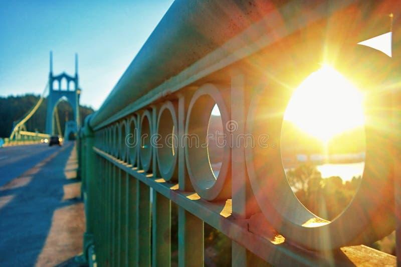 Por do sol sobre o rio de Willamette na ponte de St Johns em Portland Oregon imagens de stock