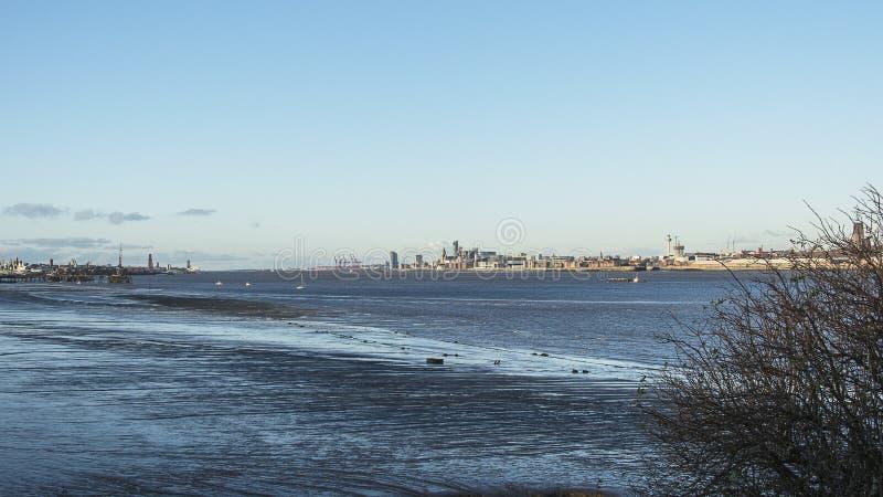 Por do sol sobre o rio Mersey de Liverpool fotos de stock royalty free