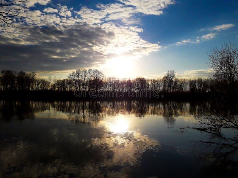 Por do sol sobre o rio fotos de stock royalty free