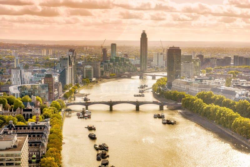 Por do sol sobre o rio Tamisa, Londres central Rio Tamisa imagem de stock royalty free