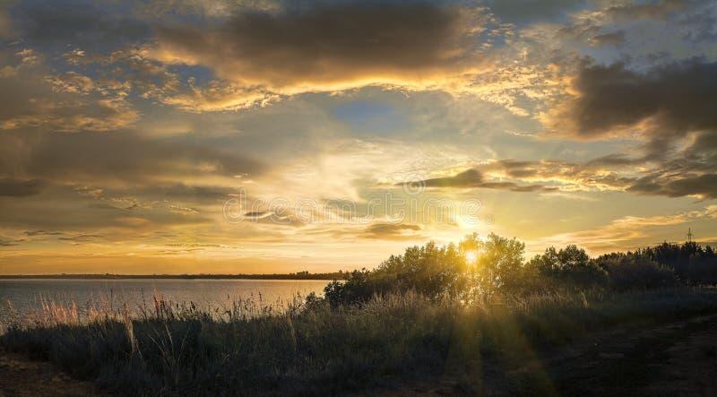 Por do sol sobre o Rio Volga Rússia em uma noite do verão imagens de stock