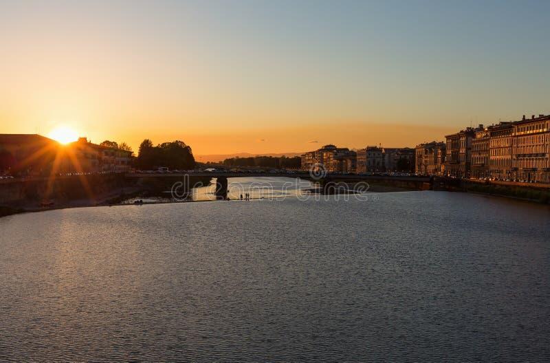 Por do sol sobre o River Arno fotografia de stock royalty free