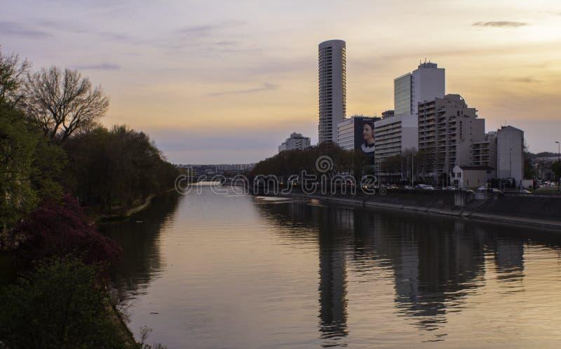 Por do sol sobre o Seine fotografia de stock royalty free