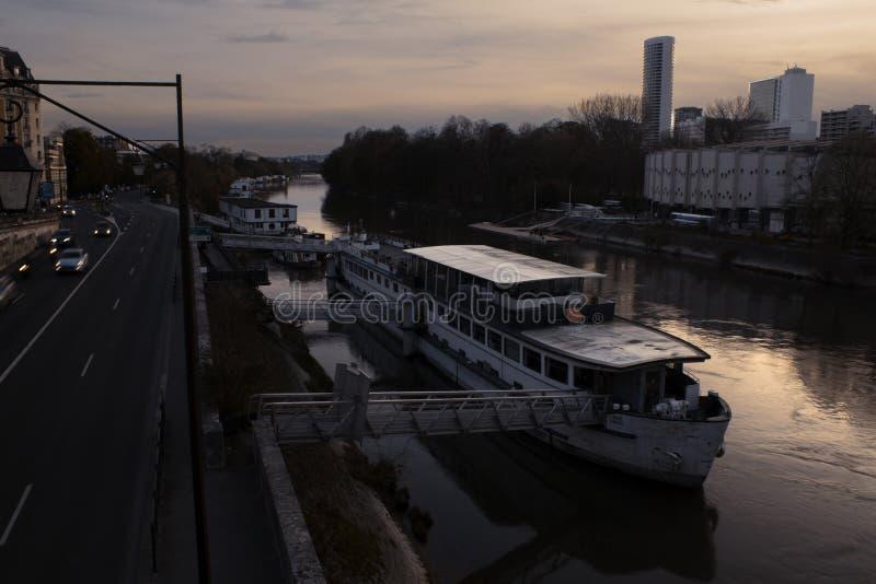 Por do sol sobre o Seine imagens de stock royalty free