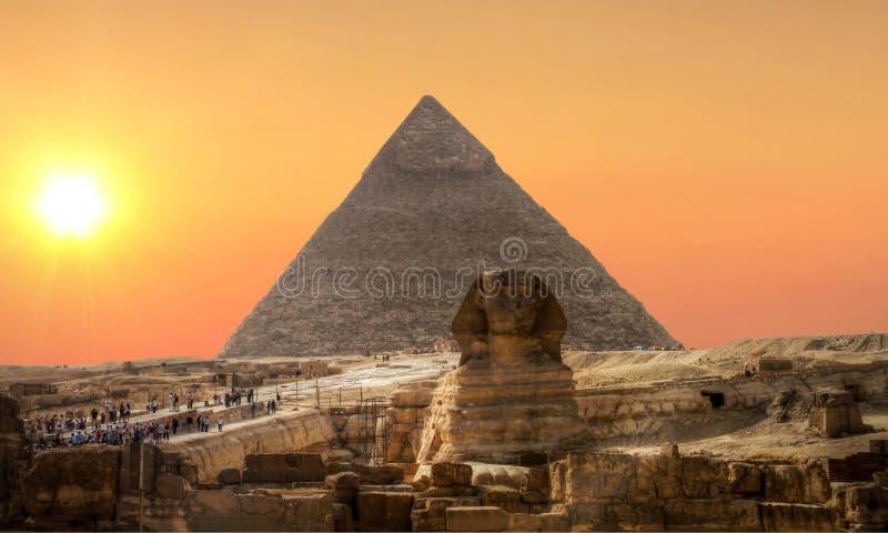 Por do sol sobre o Sphinx e a pirâmide imagem de stock
