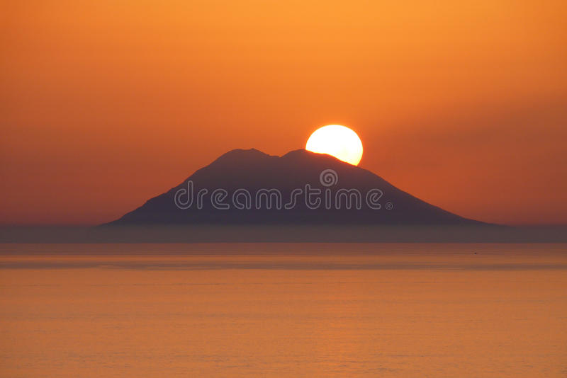 Por do sol sobre o Stromboli fotos de stock royalty free