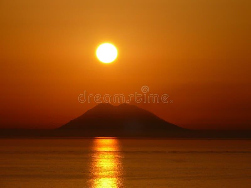 Por do sol sobre o Stromboli fotos de stock