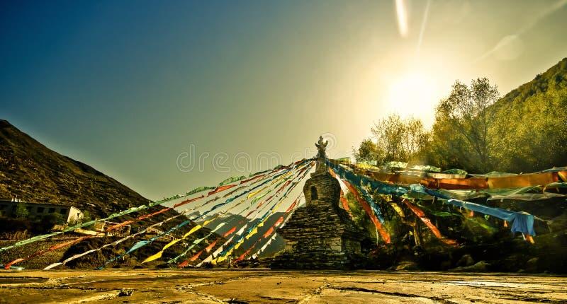 Por do sol sobre o stupa tibetano com bandeiras da oração fotografia de stock royalty free