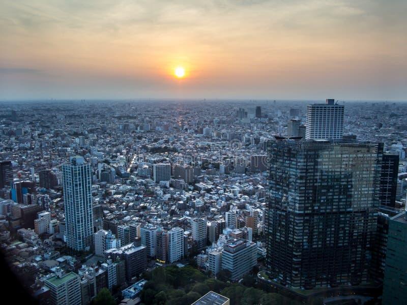 Por do sol sobre o Tóquio, vista do  metropolitano do åº do ½ do ±äº¬éƒ do  do æ da construção do governo, Shinjuku, Japão fotos de stock royalty free