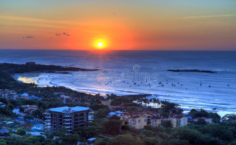 Por do sol sobre o Tamarindo foto de stock