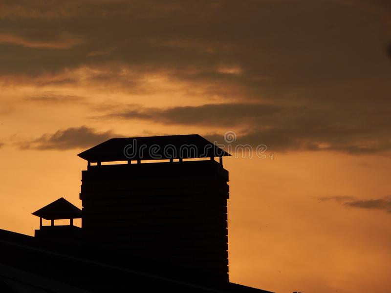 Por do sol sobre o telhado fotografia de stock