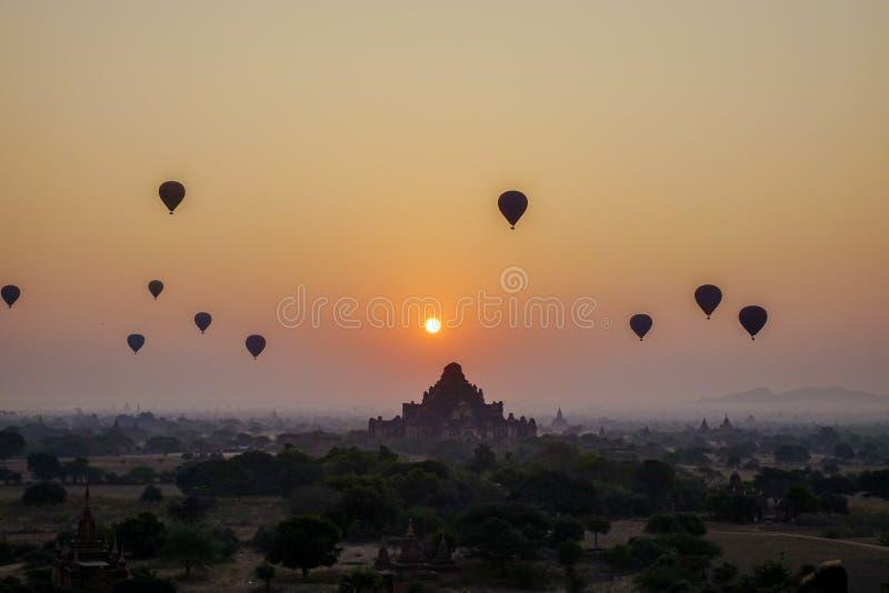 Por do sol sobre o templo de Dhammayangyi em Bagan, Myanmar fotografia de stock