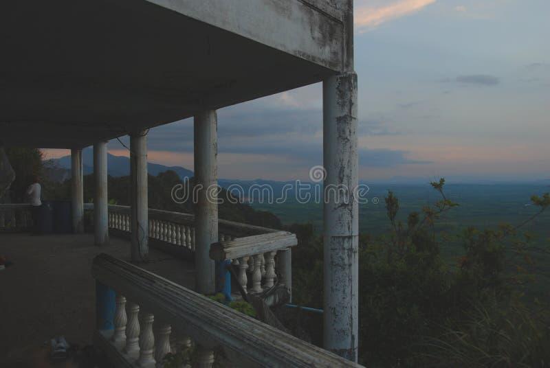 Por do sol sobre o templo de Tiger Cave fotografia de stock