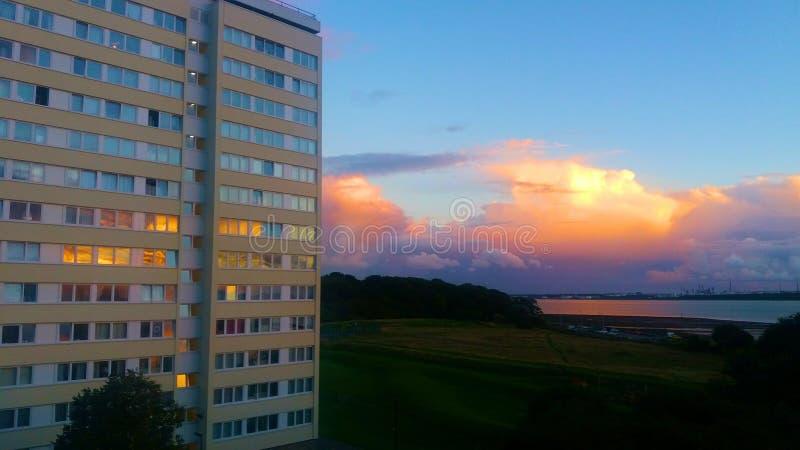 Por do sol sobre o tempo da noite da torre fotografia de stock