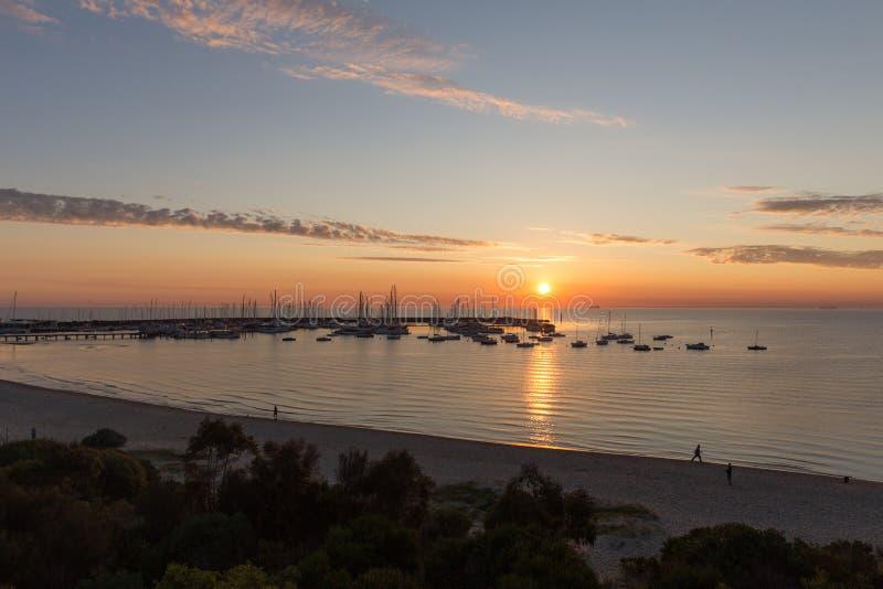 Por do sol sobre o yacht club imagens de stock royalty free