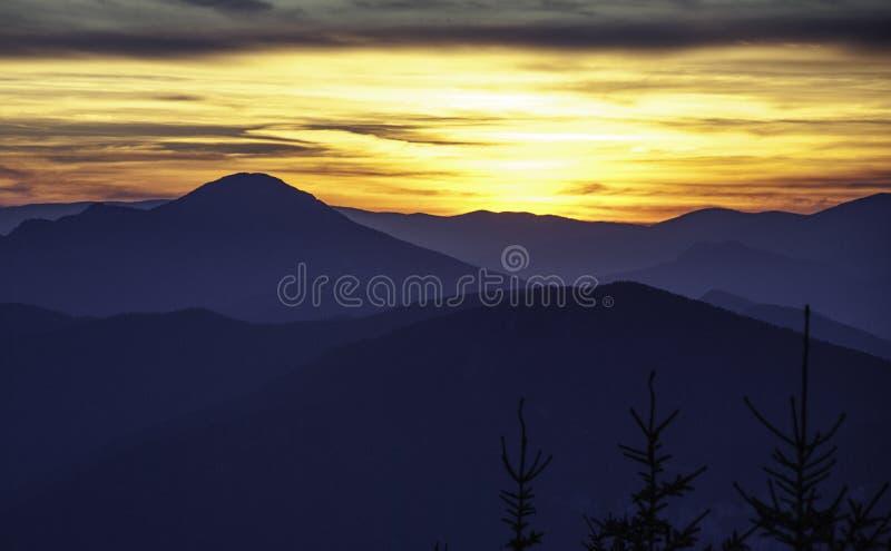Por do sol sobre os montes fotos de stock royalty free