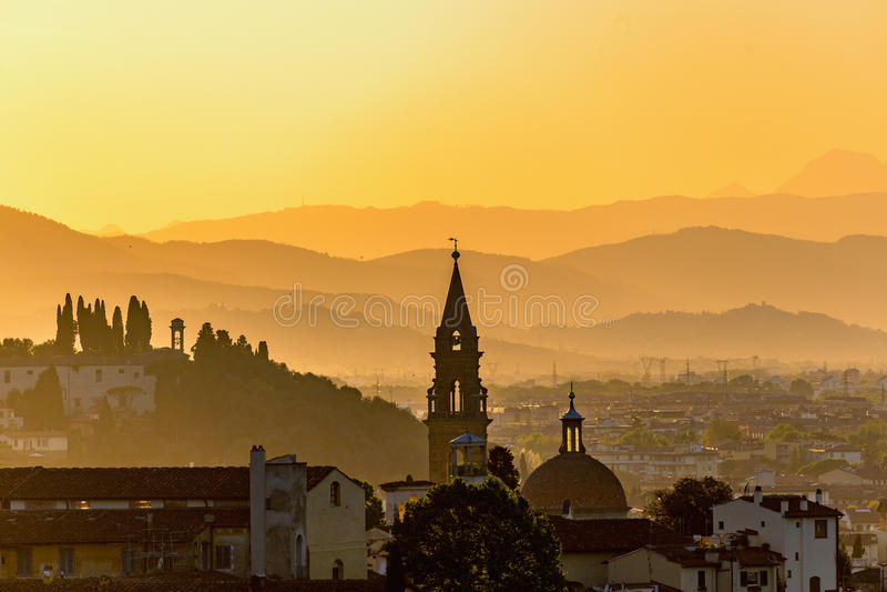Por do sol sobre os montes e a cidade fotografia de stock