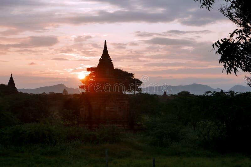 Por do sol sobre os templos da cidade antiga de Bagan imagens de stock