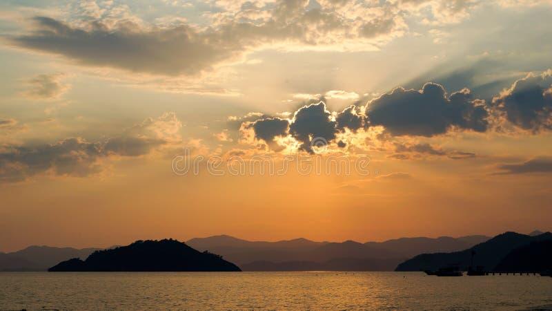 Por do sol sobre paisagem do mar, mar na noite fotos de stock royalty free