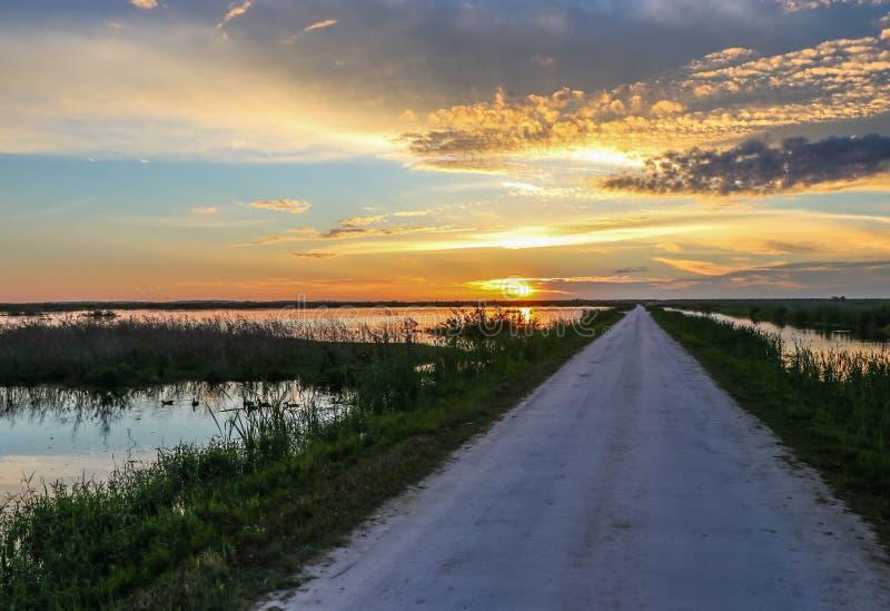 Por do sol sobre pantanais de Florida fotografia de stock