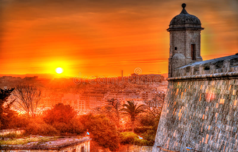Por do sol sobre paredes da cidade de Valletta imagem de stock royalty free