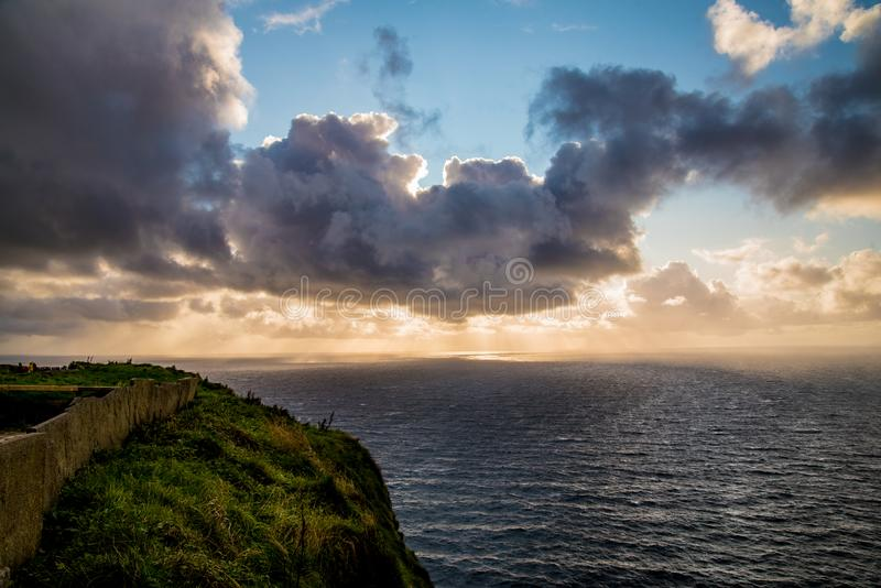 Por do sol sobre penhascos de Moher fotografia de stock