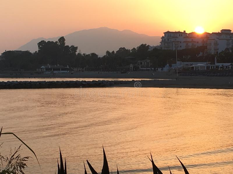 Por do sol sobre Peurto Banus foto de stock royalty free
