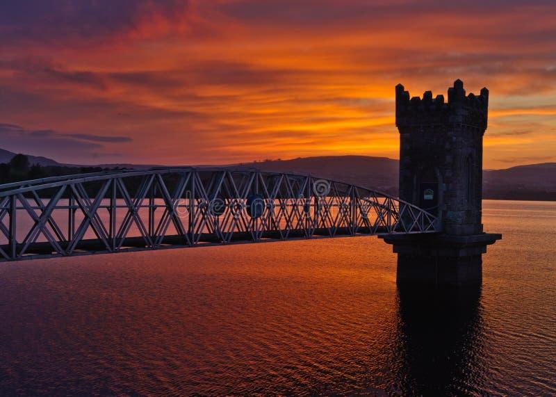 Por do sol sobre a ponte da torre, Ireland imagem de stock