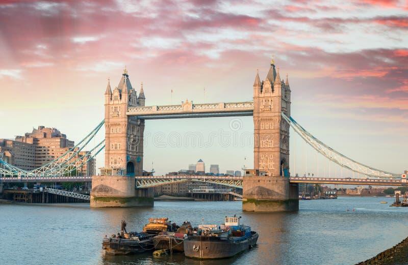 Por do sol sobre a ponte da torre - vista bonita de Londres fotos de stock royalty free