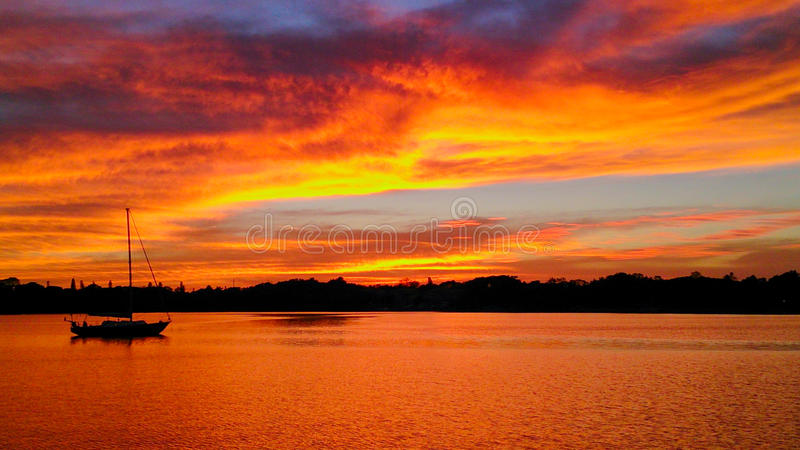 Por do sol sobre pouca albufeira em Tampa Bay, St Petersburg, Florida fotografia de stock royalty free