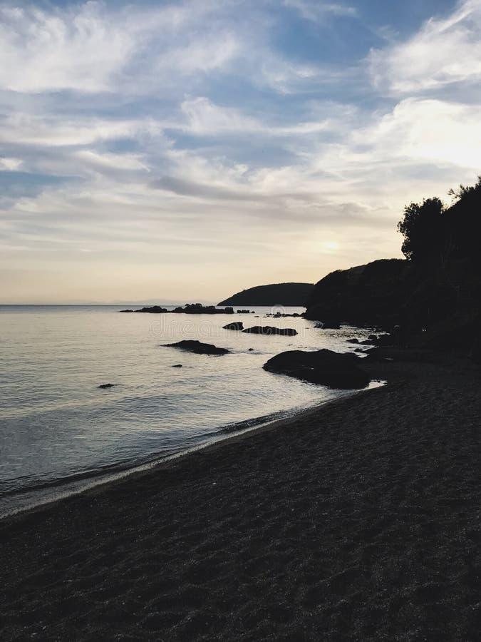 Por do sol sobre a praia imagem de stock royalty free