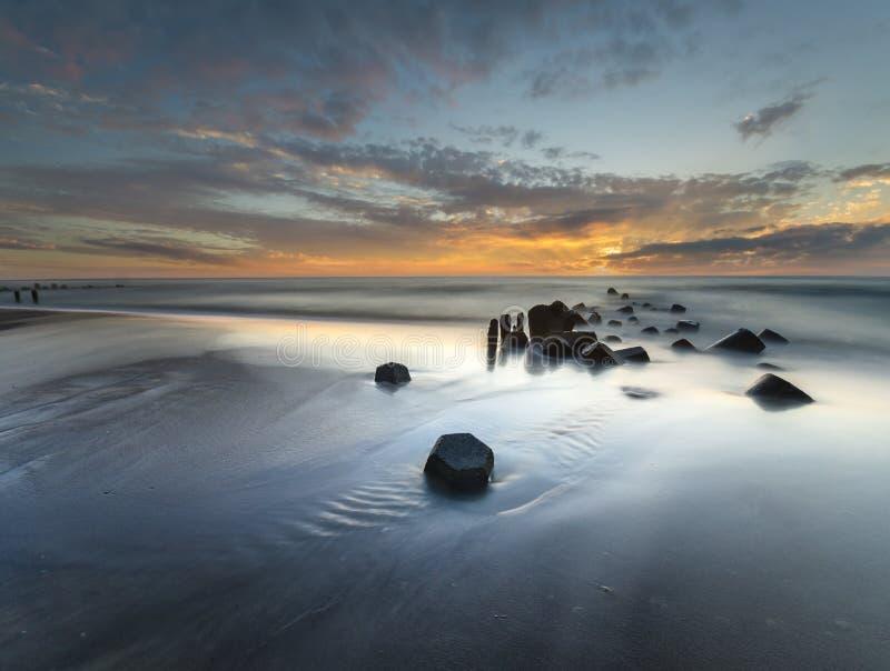 Por do sol sobre a praia do mar imagens de stock royalty free
