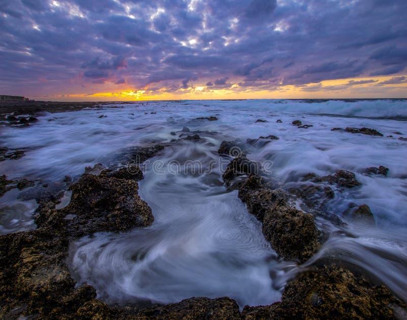 Por do sol sobre a praia rochosa, atlântica fotos de stock