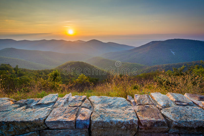 Por do sol sobre Ridge Mountains azul, da movimentação da skyline, dentro ela fotos de stock