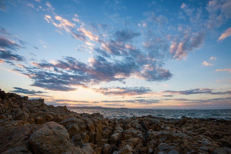 Por do sol sobre rochas fotografia de stock