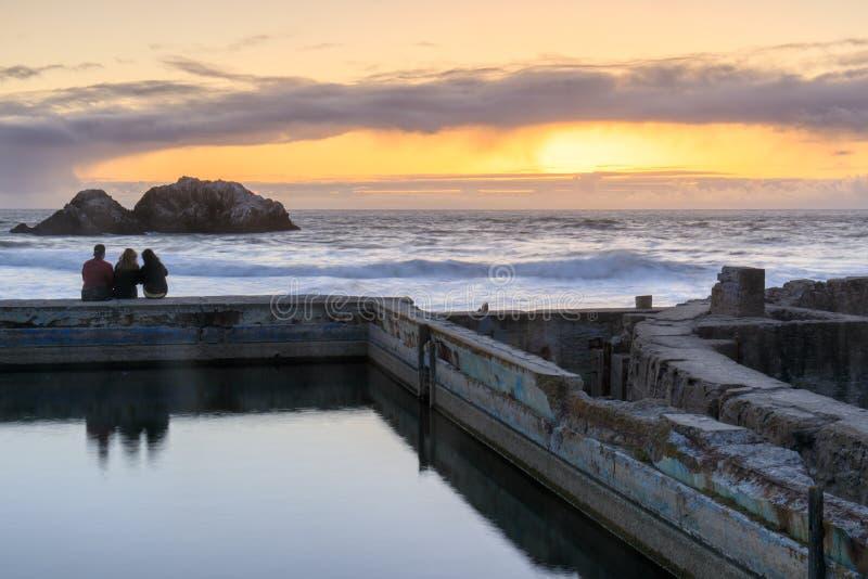 Por do sol sobre ruínas dos banhos de Sutro fotografia de stock