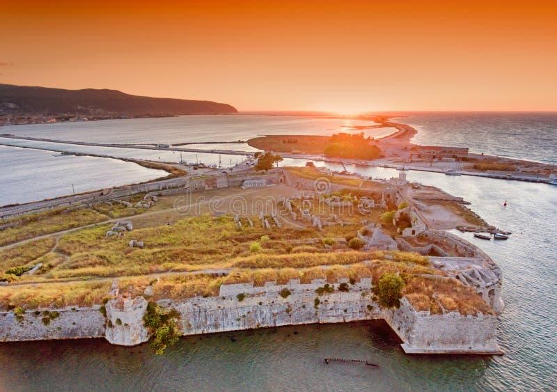 Por do sol sobre Santa Maura Castle perto da cidade de Lefkada em Lefkada (Lef fotos de stock