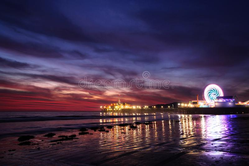 Por do sol sobre Santa Monica Pier foto de stock royalty free