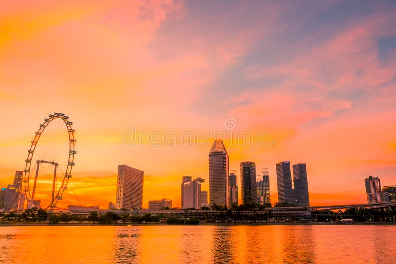 Por do sol sobre Singapura e Ferris Wheel foto de stock