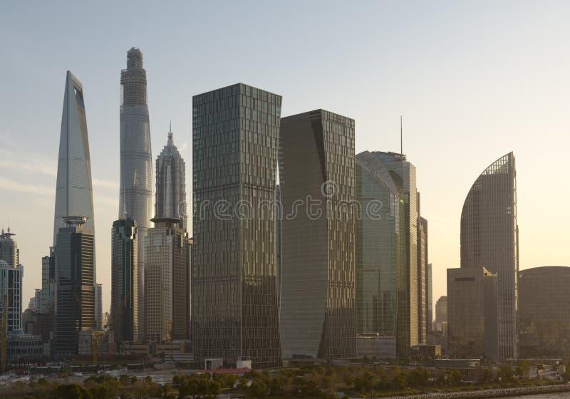 Por do sol sobre a skyline do centro de Shanghai fotografia de stock