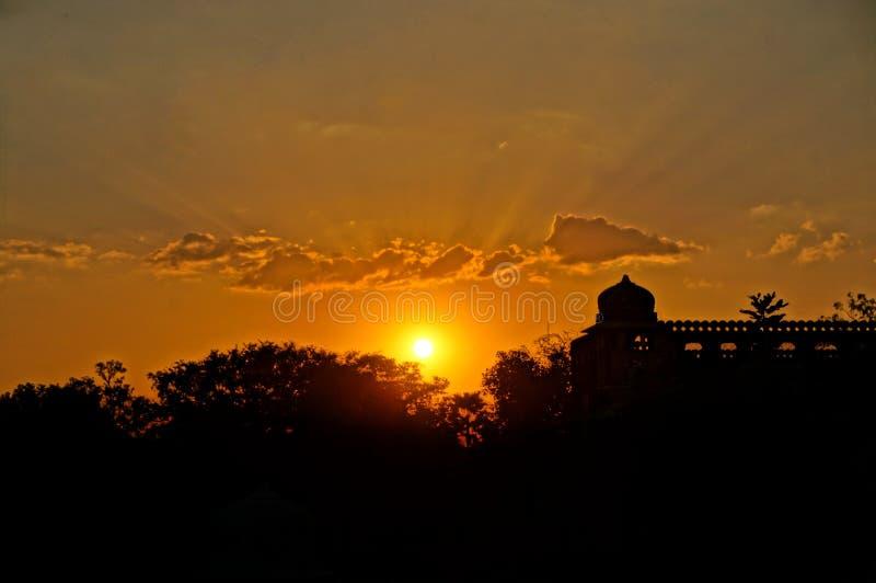 Por do sol sobre a skyline do templo fotografia de stock
