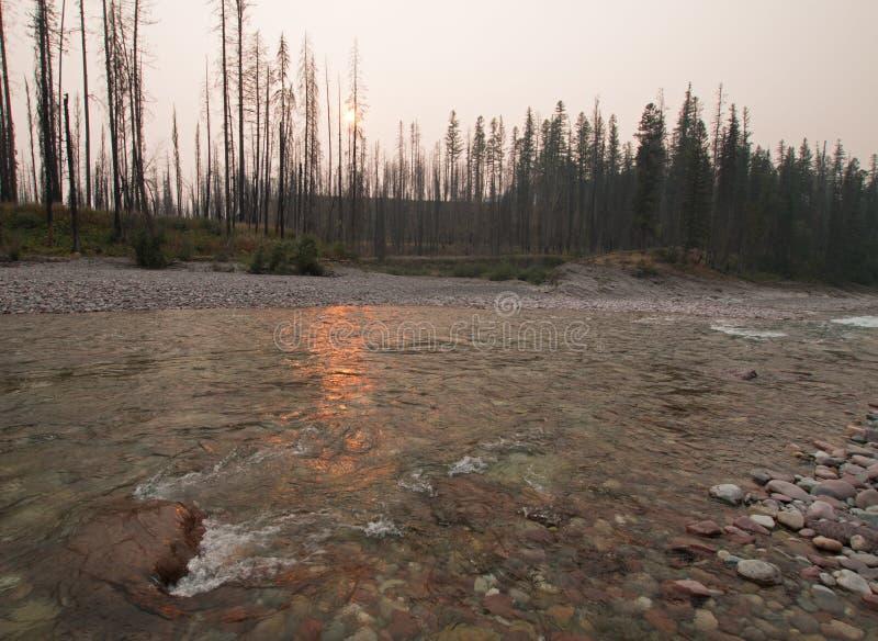 Por do sol sobre South Fork do rio Flathead no desfiladeiro no complexo de Bob Marshall Wilderness - Montana EUA da angra do prad imagens de stock