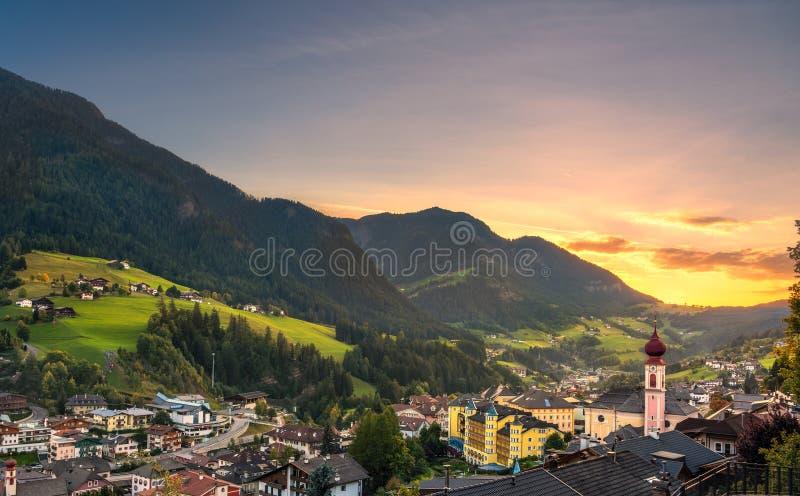 Por do sol sobre St Ulrich de Ortisei, montanhas dos cumes das dolomites, Itália imagem de stock