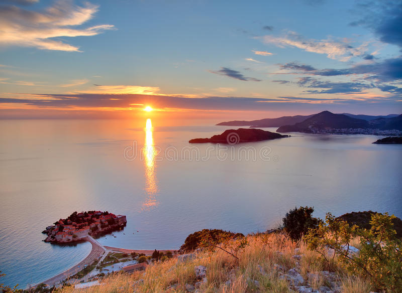 Por do sol sobre Sveti-Stefan em Montenegro foto de stock royalty free