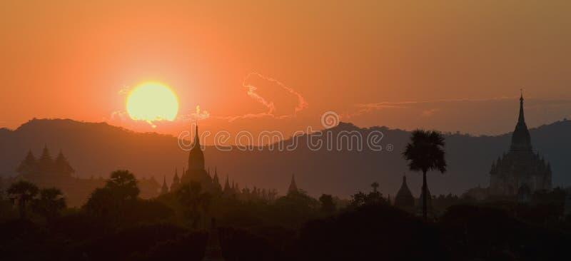 Por do sol sobre templos de Bagan imagem de stock