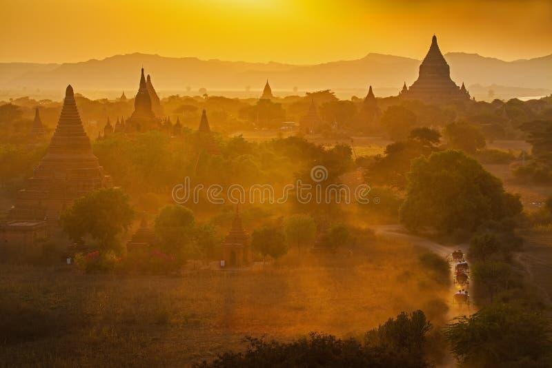 Por do sol sobre templos de Bagan foto de stock royalty free