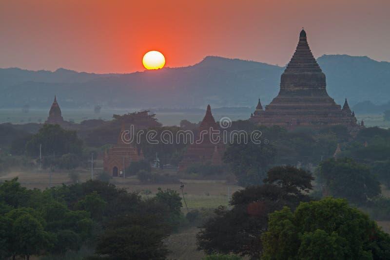 Por do sol sobre templos de Bagan imagens de stock royalty free