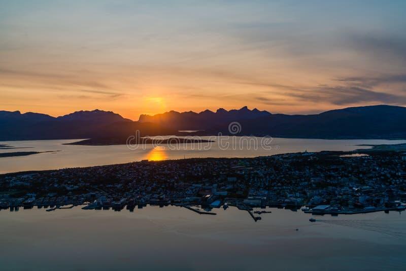 Por do sol sobre Tromso em Noruega - vista arial imagem de stock royalty free