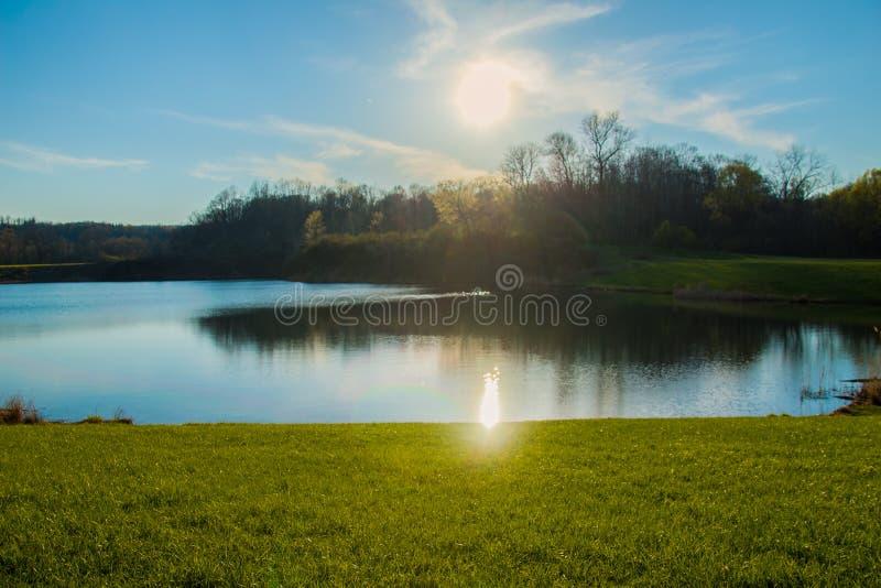 Por do sol sobre um lago imagens de stock